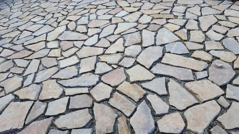 Fornitura e posa pavimento in porfido 49 00 al mq colorato - Prezzo posa piastrelle al mq ...